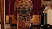 美女纹身师国外满背纹身