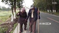 4月22日 龙门重灾区废墟前 感人90岁老夫妻谈逃生淡定牵手!