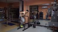 屈臂撑——打造完美胸肌下缘和肱三头肌!