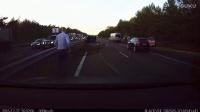 监控实拍:特斯拉成功预判 并提醒司机减速 避开重大追尾事故...