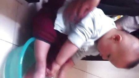 【甄袭生活】可爱宝宝贾琅然洗脚脚