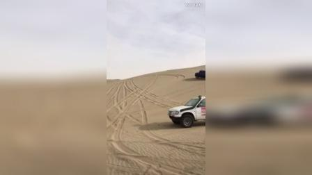 实拍越野车沙漠爬坡翻车,现场惨烈!