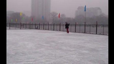 20130113紫竹院滑冰练习绕八字。