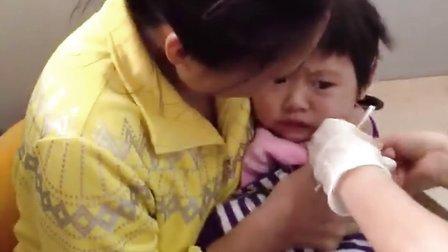 宝宝不乖就给她打针