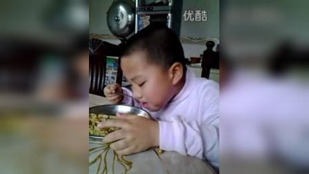 寶寶吃麵不忘星期五,可以玩手機了