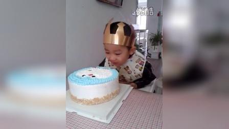 宝宝吃生日蛋糕
