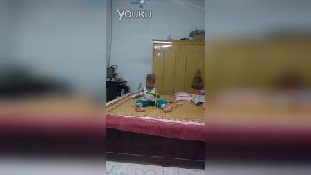宝贝腾腾在家玩手机了VID_20140825_193847