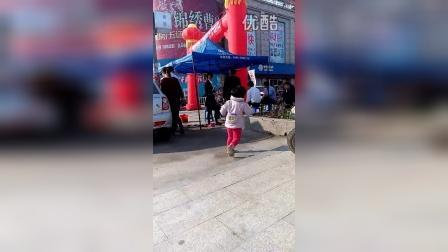 女儿的疯狂广场舞