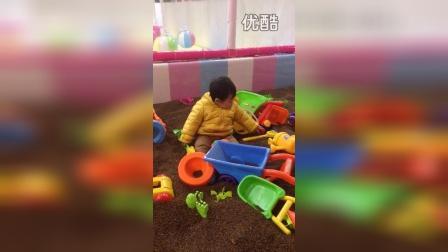 宝宝一岁时玩沙