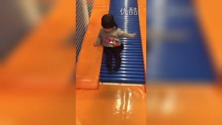 滑滑梯(两岁四个月)