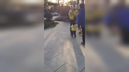 扔娃娃2(两岁四个月)