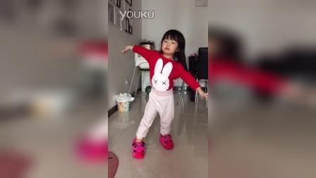 边唱小苹果边跳舞(两岁四个月)