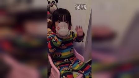 喝个奶还要跳舞(两岁四个月)
