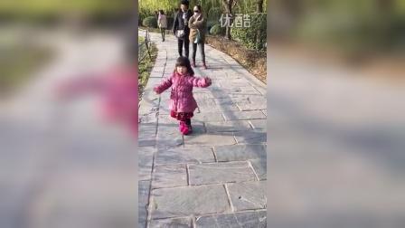 南湖边翩翩起舞(两岁四个半月)