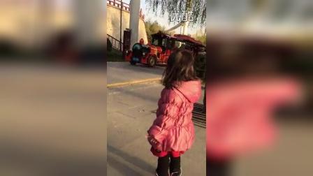 看小火车(两岁四个半月)