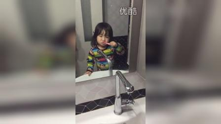 自己刷牙(两岁四个半月)