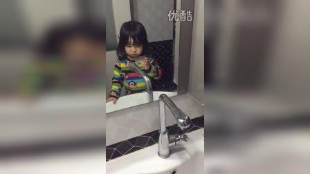 自己漱口(两岁四个半月)
