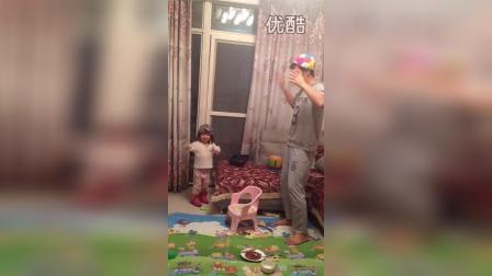 和爸爸一起边唱边跳(两岁四个半月)