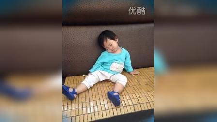 1415368384019一岁的小朋友打磕睡笑尿了