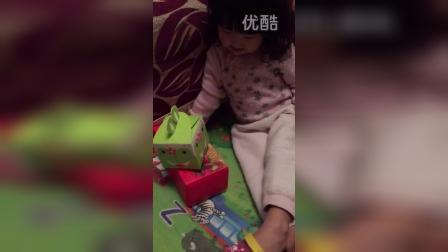 收到了圣诞节礼物(两岁四个半月)