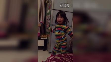 最近跳舞动作狂多,还嫌弃爸爸唱歌吵(两岁五个月)
