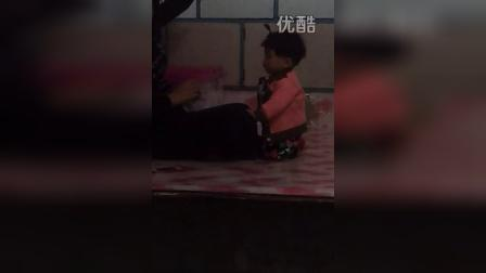 video-2014-11-02-17-22-38 哈哈 看妈妈跳舞看呆了 自己也情不自禁