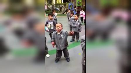 中国大妈排练广场舞前去幼儿园接孙子