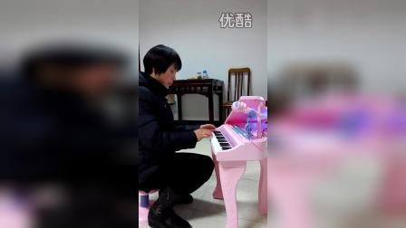 老一辈音乐家弹钢琴