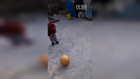 和儿子踢球