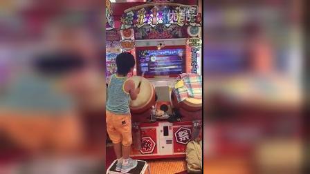 给跪了 日本牛逼小孩玩太鼓达人全连 被网友误以为是费曼在电玩打鼓