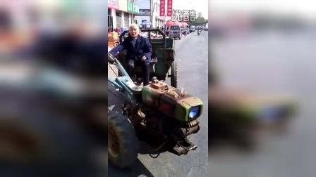 惊叹!90岁高龄老太驾驶拖拉机上路飞驰