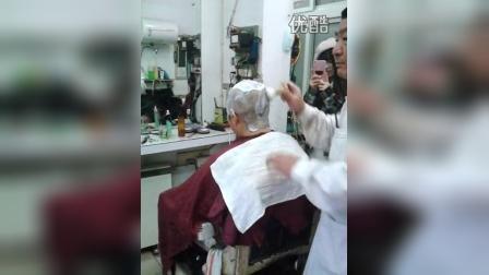 兰建理发店给女孩儿刮光头