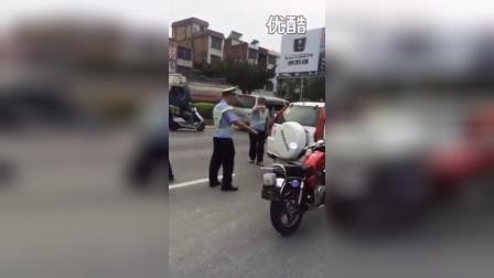 被罚小伙,束手无策撞警车