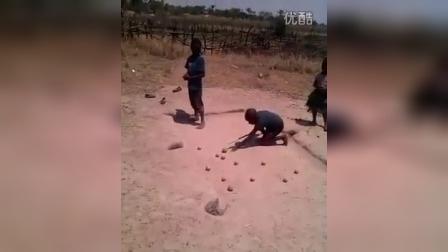 无言以对!非洲兄弟这样打台球!