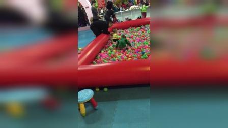 宝宝玩滑梯