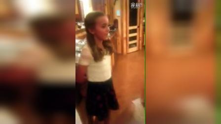 小姑娘唱得真好,清唱是最难的,很多专业歌手都不敢