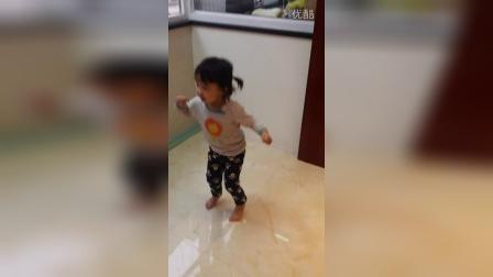 她很想跳小鸡小鸡,可是她不会