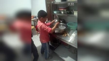 苏景贤干家务之认真洗碗