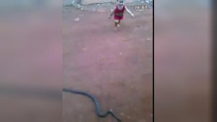 这小孩真调皮玩蛇请不要模仿