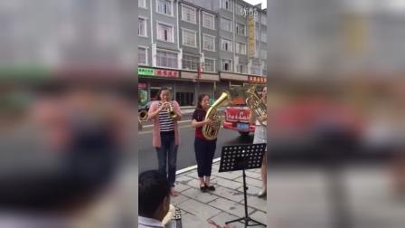 南北镇女子管乐队<在北京的金山上>排练中……