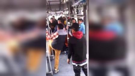 【唐铭阳分享集】【哇哈哦哦】实拍国外恶棍公交车上飞踹打人【唐铭阳分享集】