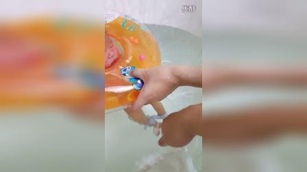 孩子的洗澡抚触