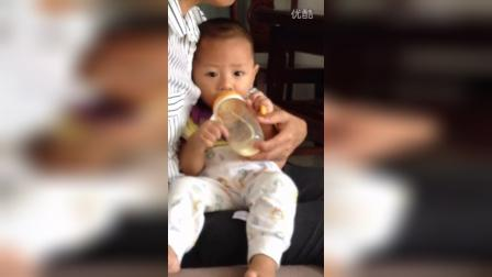 弟弟奶瓶喝水