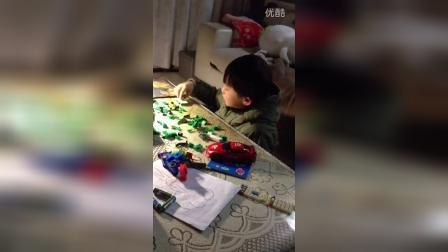 边哭边拼玩具