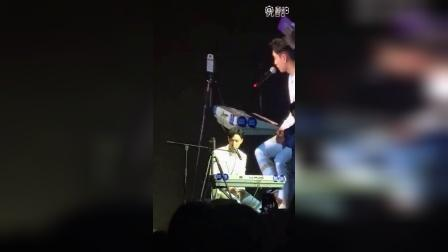 161018【艺兴】曼妥思上海见面会即兴弹唱  饭拍视频