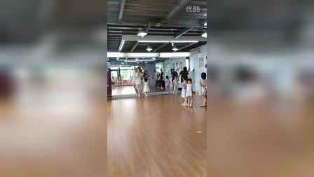 跟老师学习走秀 VID_20160709_112154