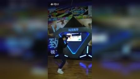 虚拟拳击误将屏幕挤碎
