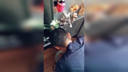午睡起来看到老公在给冰箱除冰,认识他以后这些事从来不让我干,说女人的手怕冰,给喂个桑葚奖励他