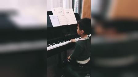 小男孩在家用伴奏王和钢琴练习8个Do