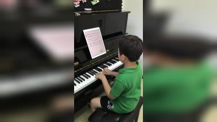 帥氣小男孩在家用伴奏王和钢琴练习老麦克唐纳的农场
